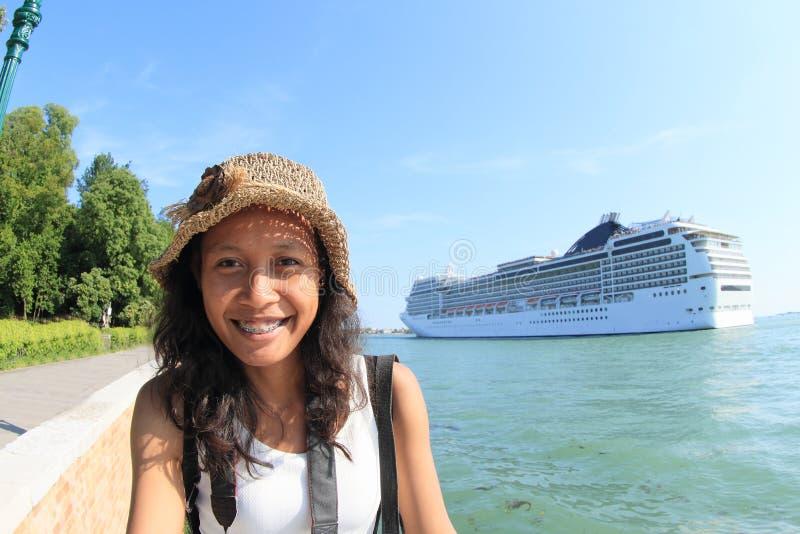 Muchacha del Papuan con la nave del océano detrás foto de archivo libre de regalías