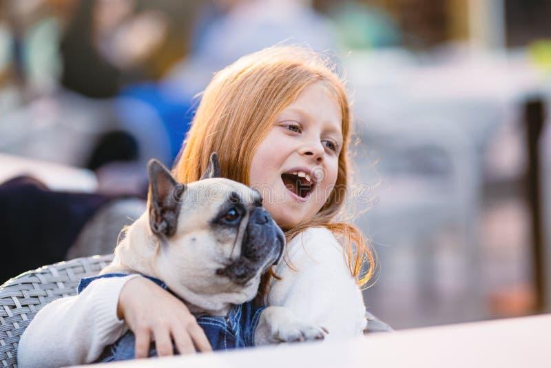 Muchacha del pelirrojo con su perro fotos de archivo