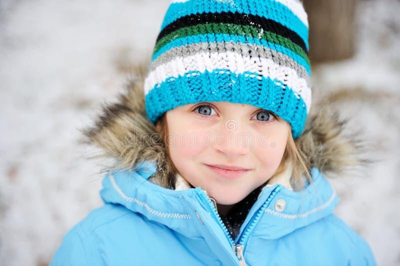 Muchacha del pequeño niño que presenta al aire libre en equipo del invierno foto de archivo libre de regalías