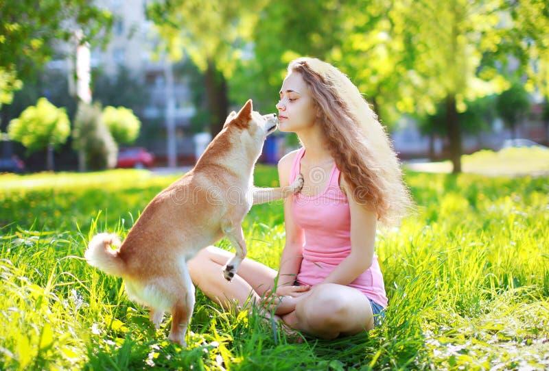 Muchacha del perro y del dueño al aire libre imagen de archivo libre de regalías