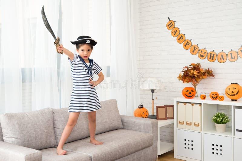 Muchacha del pirata que sostiene el cuchillo que le muestra la determinación imagen de archivo libre de regalías