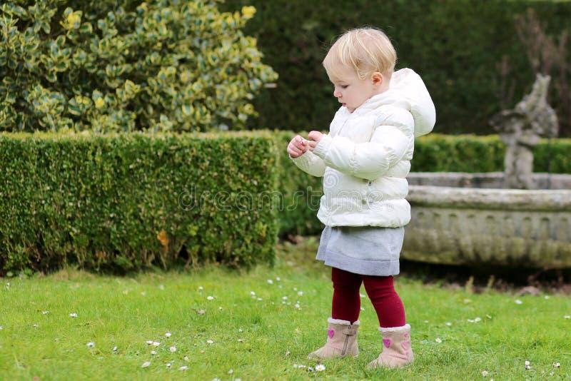 Muchacha del preescolar que juega en el parque fotografía de archivo libre de regalías
