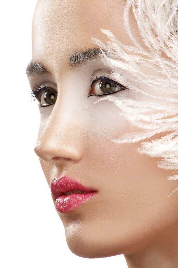 Muchacha del primer de la belleza con una pluma blanca de la boa fotografía de archivo
