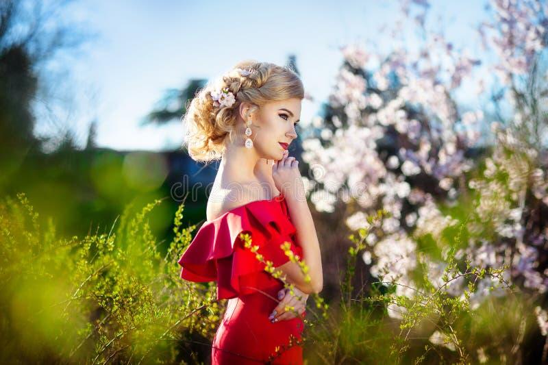 Muchacha del resorte Modelo hermoso con la guirnalda de la flor en su cabeza Ciérrese encima del retrato de la señora sensual rom foto de archivo libre de regalías