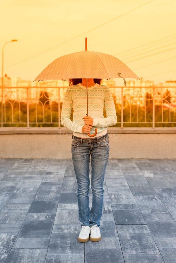 Muchacha del retrato bajo fondo urbano del paraguas imagen de archivo