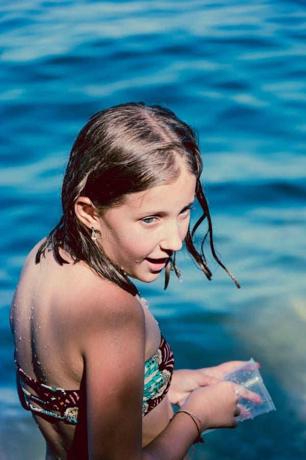 Muchacha del retrato en el mar azul fotografía de archivo libre de regalías
