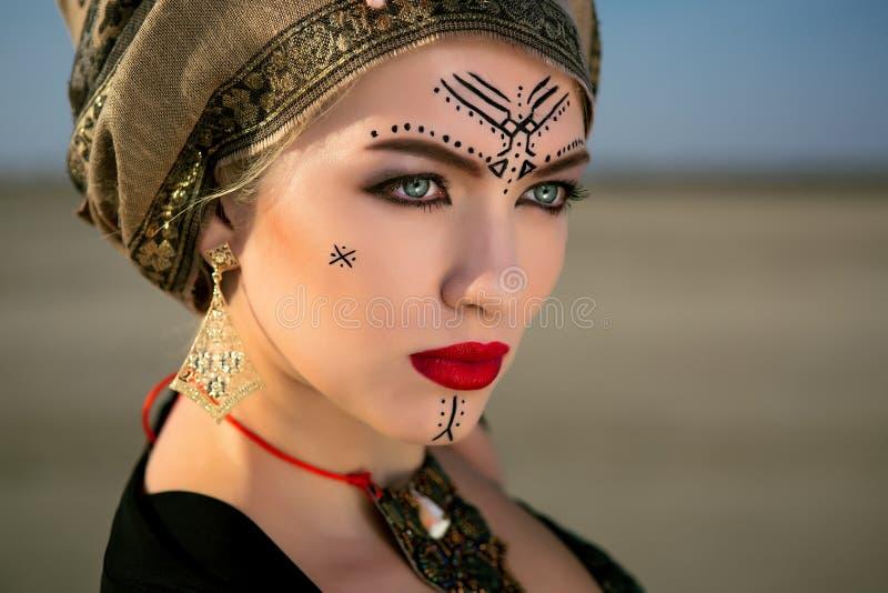 Download Muchacha Del Retrato En Estilo Tribal Americano Foto de archivo - Imagen de traje, indio: 100530300