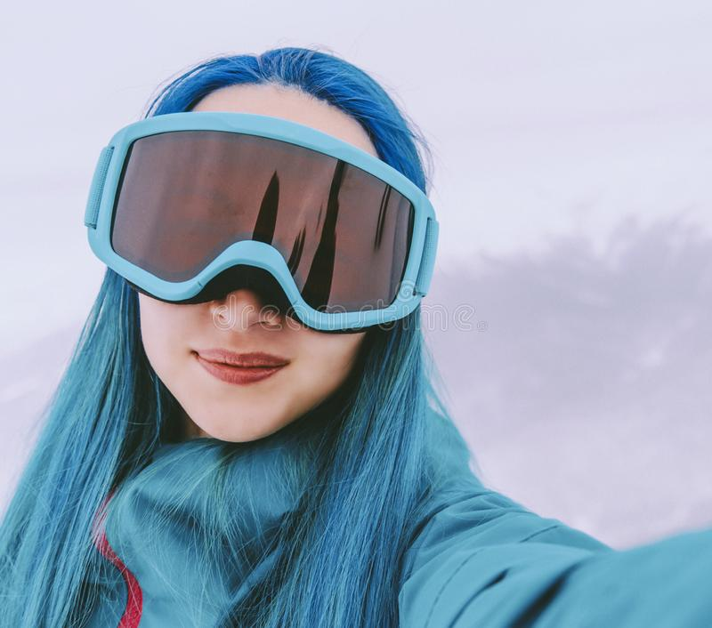 Muchacha del Snowboarder que hace el selfie, pov imágenes de archivo libres de regalías