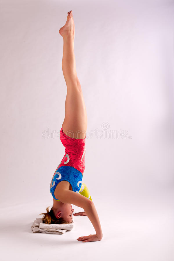 Muchacha del soporte de la cabeza de la yoga del gimnasta imagen de archivo libre de regalías