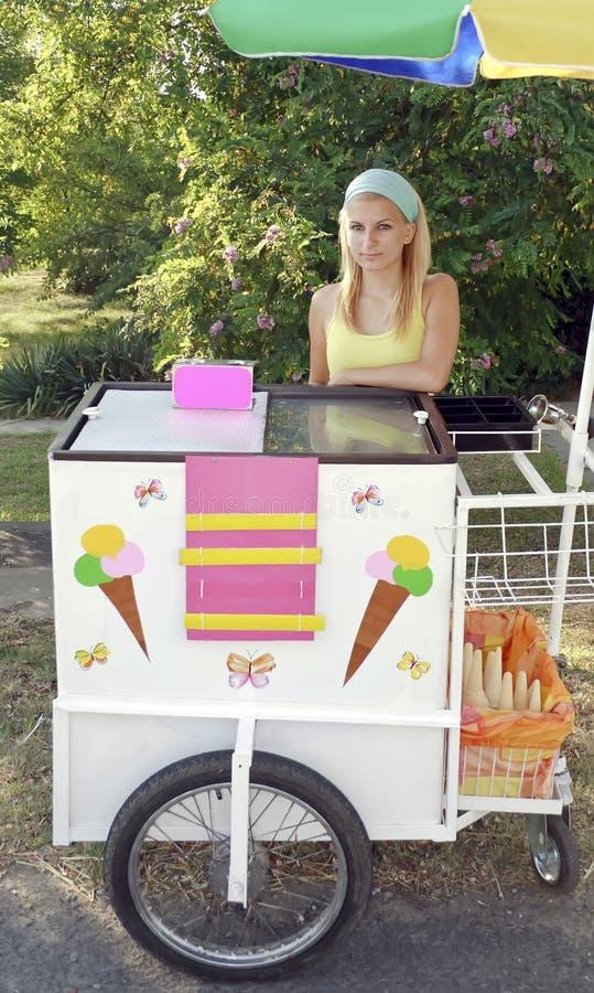 Muchacha del vendedor del helado fotos de archivo
