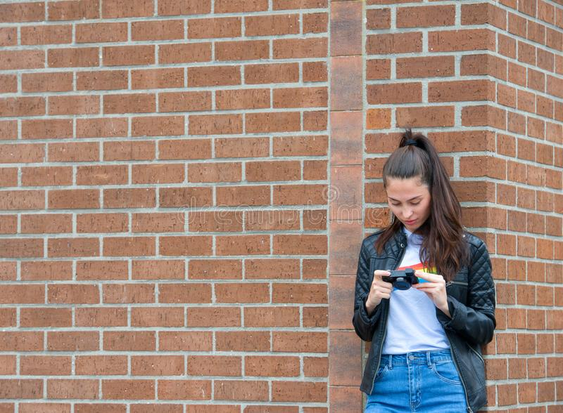 muchacha del viajero que hace la foto del edificio histórico con la cámara en la calle de la ciudad fotos de archivo libres de regalías