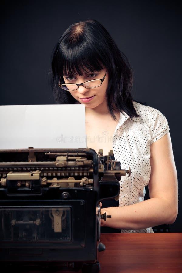 Muchacha del vintage con la máquina de escribir imagen de archivo libre de regalías