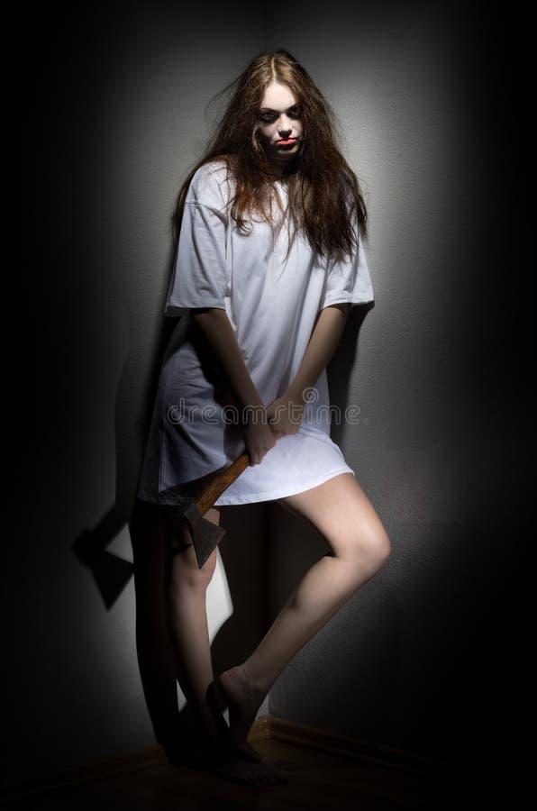 Muchacha del zombi con el hacha foto de archivo libre de regalías