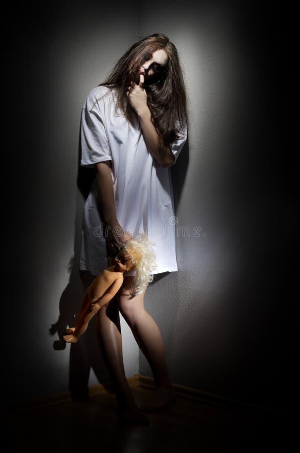 Muchacha del zombi con la muñeca fotografía de archivo