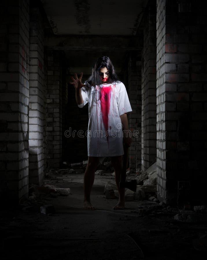 Muchacha del zombi en casa vieja imagen de archivo