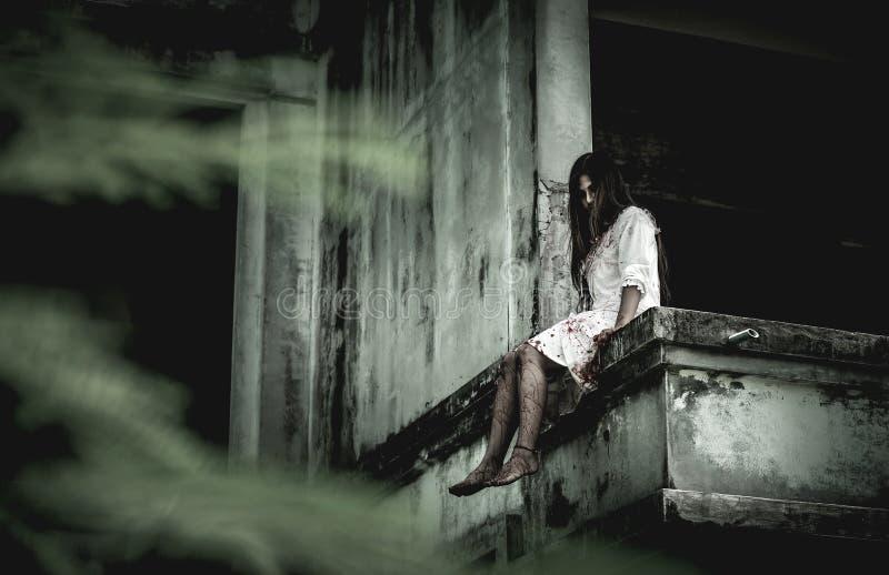 Muchacha del zombi en Halloween fotografía de archivo libre de regalías
