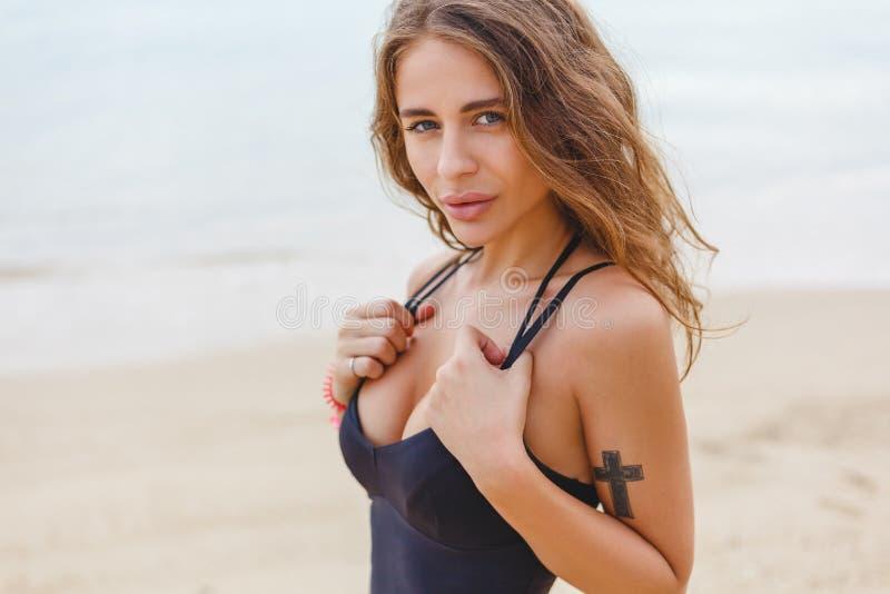 muchacha delgada hermosa que presenta en la playa arenosa imágenes de archivo libres de regalías