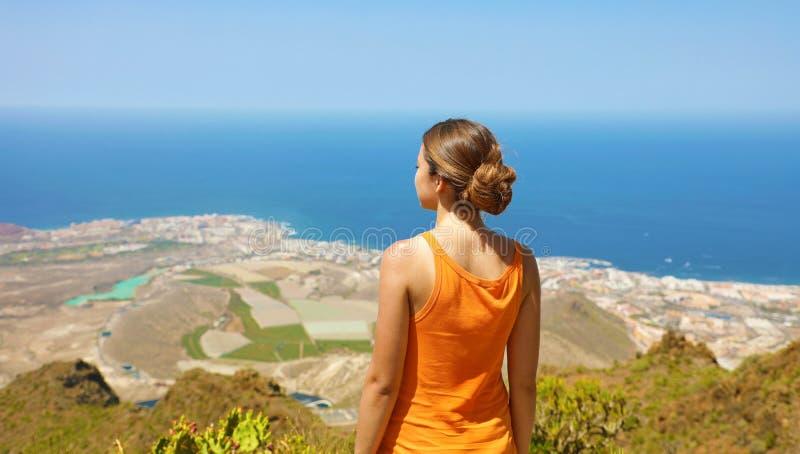 Muchacha deportiva en la visión superior que goza y que respira en la isla de Tenerife Visión panorámica desde la parte posterior imágenes de archivo libres de regalías