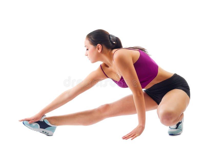 Muchacha deportiva joven que hace ejercicios gimnásticos fotografía de archivo