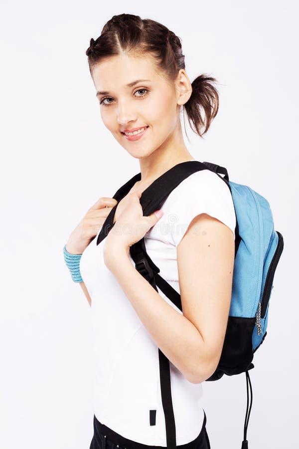 Muchacha deportiva linda con la mochila