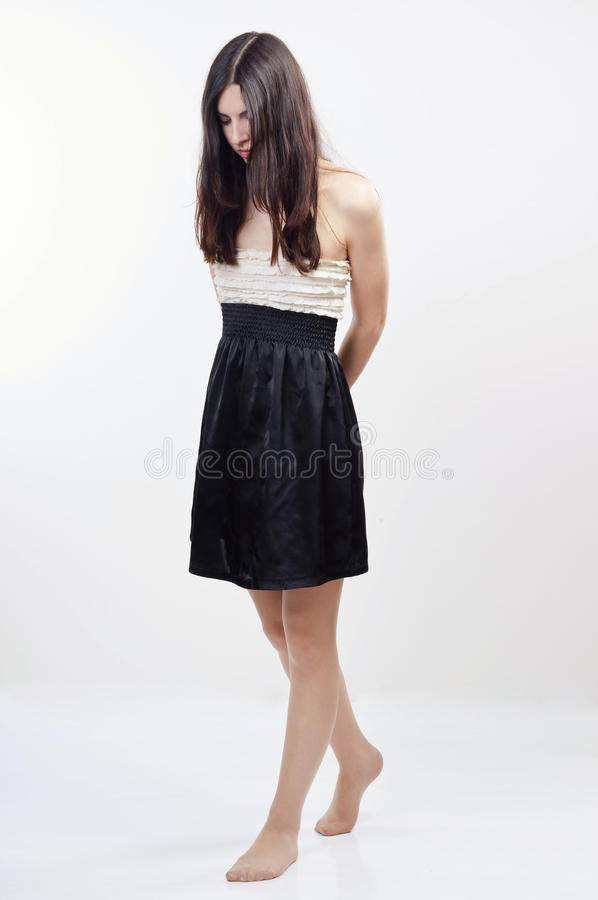 Muchacha descalza arrestada con los brazos cruzados imagen de archivo