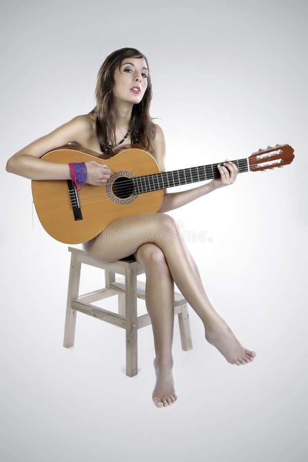 Muchacha Desnuda De La Guitarra En Una Silla Fotos de archivo