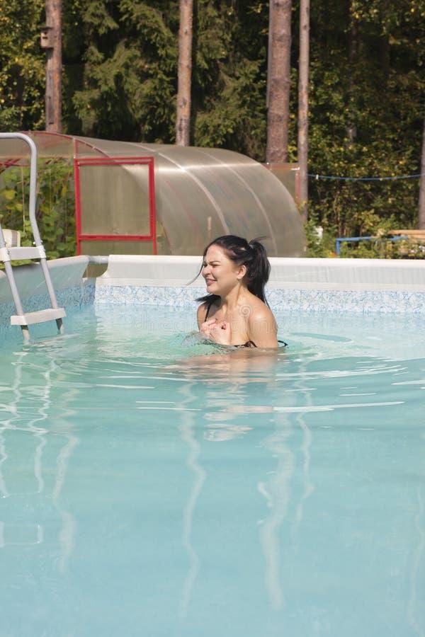 Muchacha desnuda en la piscina fotografía de archivo libre de regalías