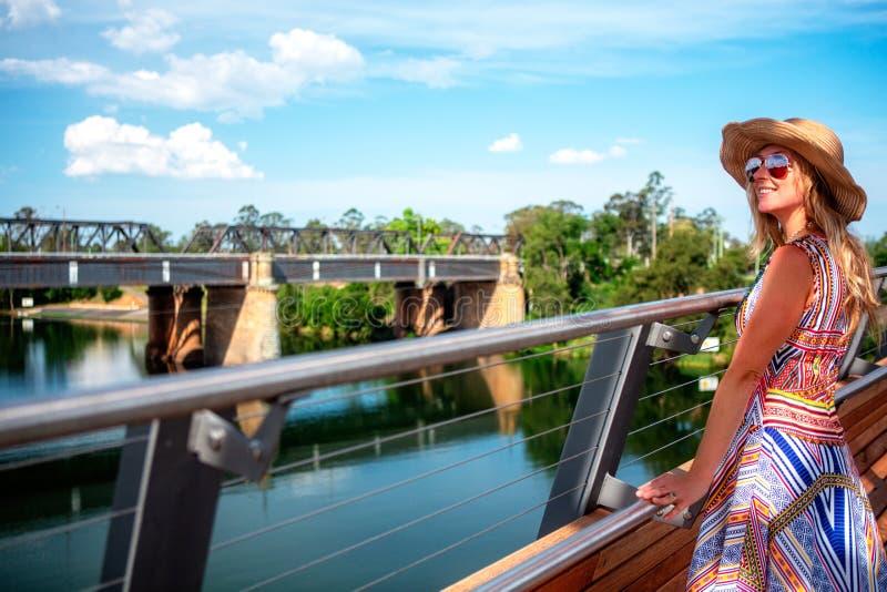 Muchacha despreocupada que disfruta de las opiniones del río del puente en Penrith imagen de archivo libre de regalías