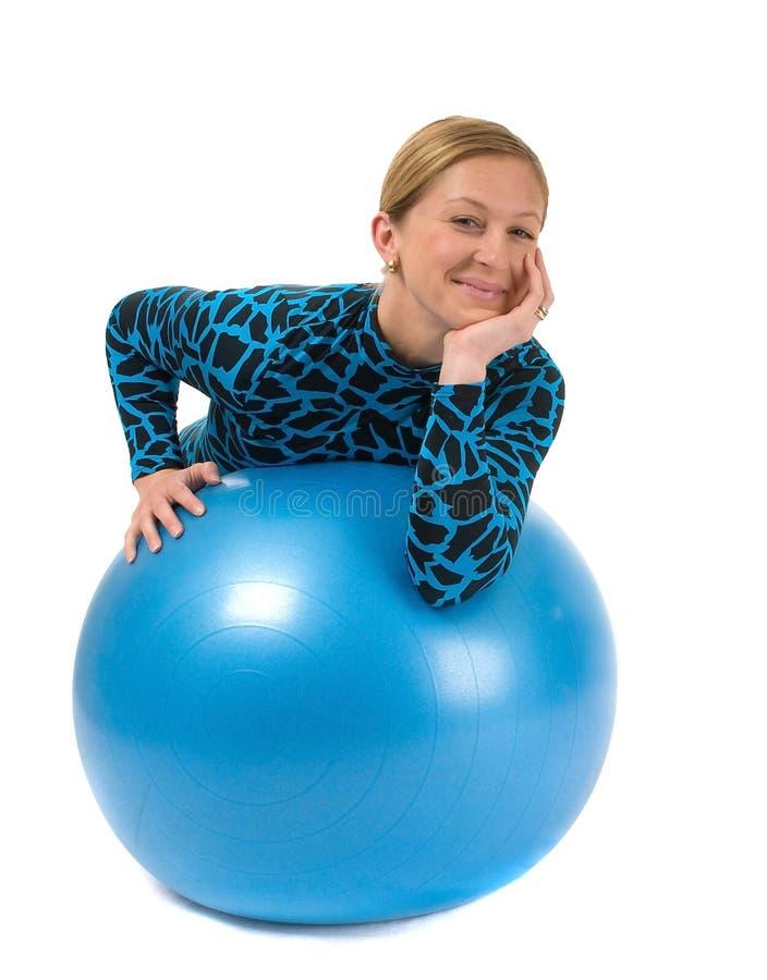 Muchacha detrás de la bola de la gimnasia imagen de archivo libre de regalías