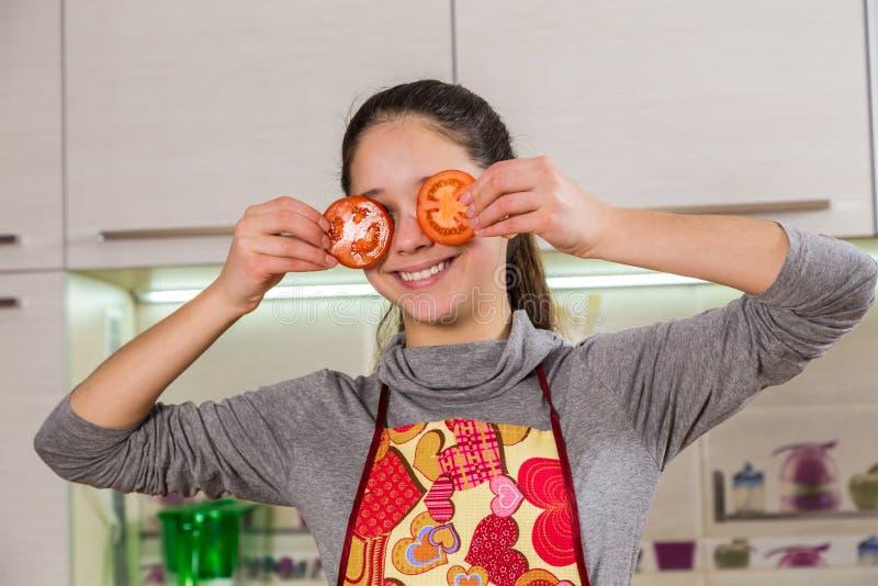 Muchacha divertida con el tomate en ojos fotos de archivo libres de regalías
