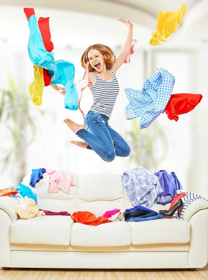 Muchacha divertida con la ropa del vuelo que salta en casa fotografía de archivo