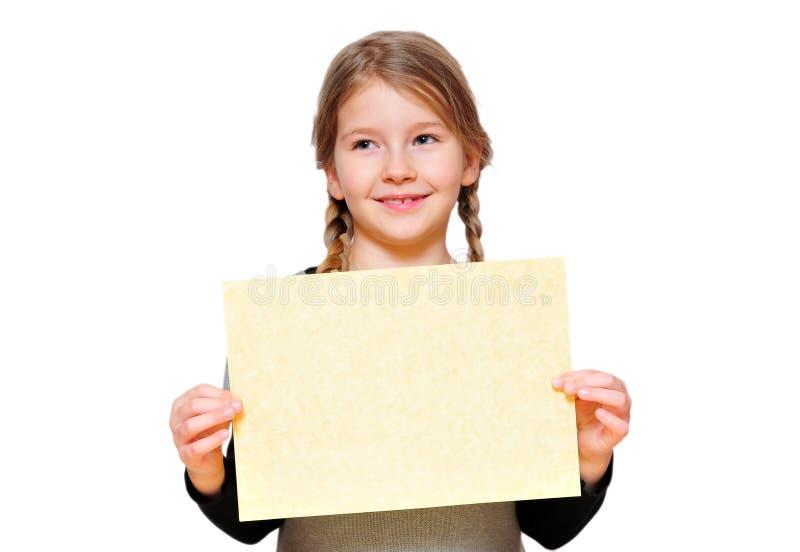 Muchacha divertida de la muchacha que lleva a cabo una muestra fotos de archivo