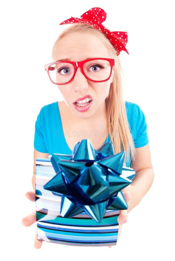 Muchacha divertida decepcionada con un regalo imágenes de archivo libres de regalías