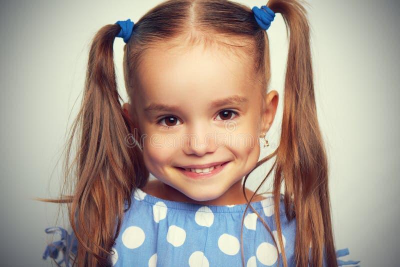 Muchacha divertida del niño de la cara feliz en azul fotos de archivo libres de regalías