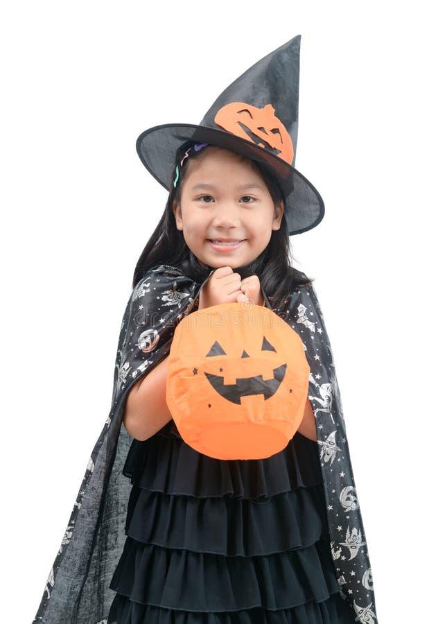 Muchacha divertida del niño en el traje de la bruja para Halloween fotos de archivo