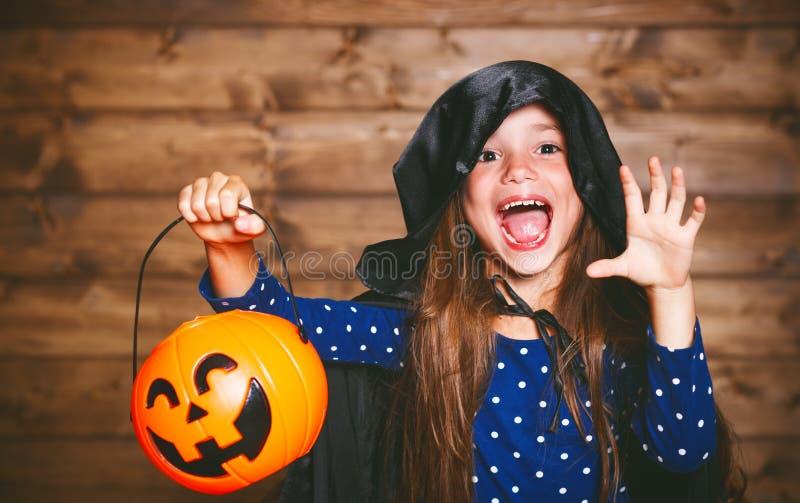 Muchacha divertida del niño en traje de la bruja en Halloween imagenes de archivo