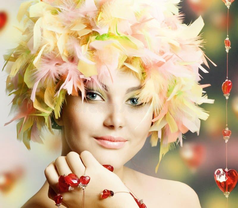 Muchacha divertida en peluca imagenes de archivo