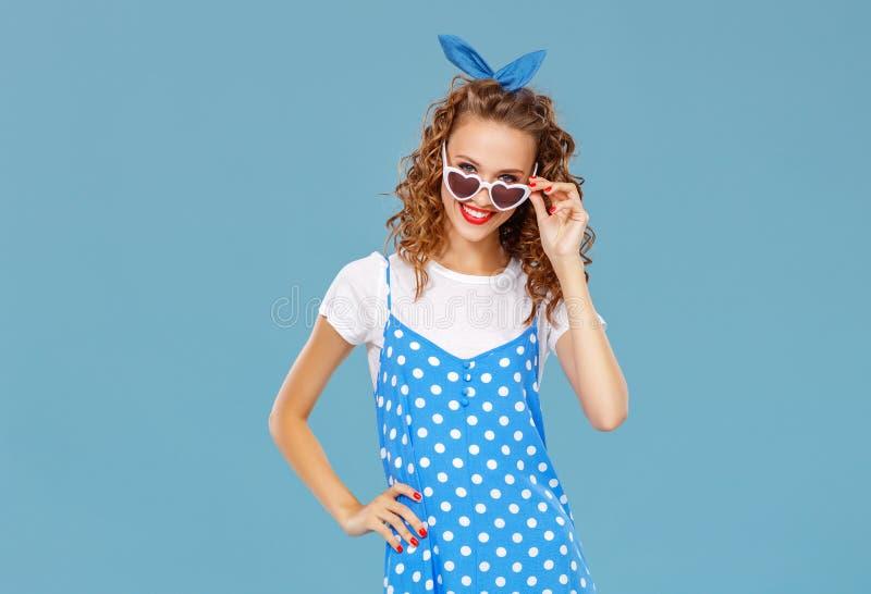 Muchacha divertida hermosa en fondo azul coloreado foto de archivo libre de regalías
