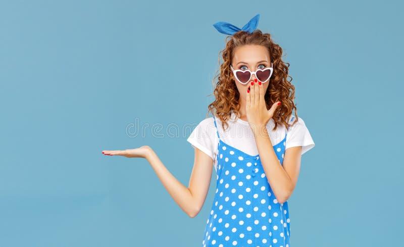 Muchacha divertida hermosa en fondo azul coloreado imagen de archivo