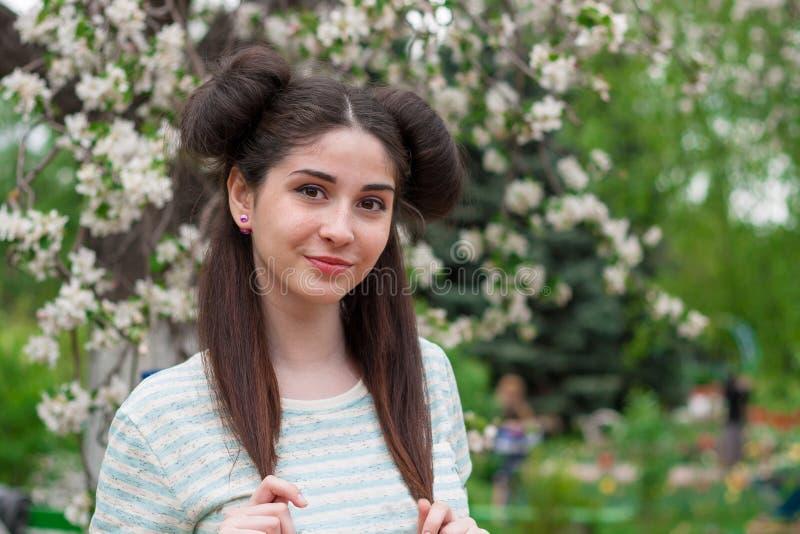 Muchacha divertida hermosa joven Una mujer con una sonrisa hermosa y una mirada coqueta Una muchacha morena joven con los ojos he imagenes de archivo