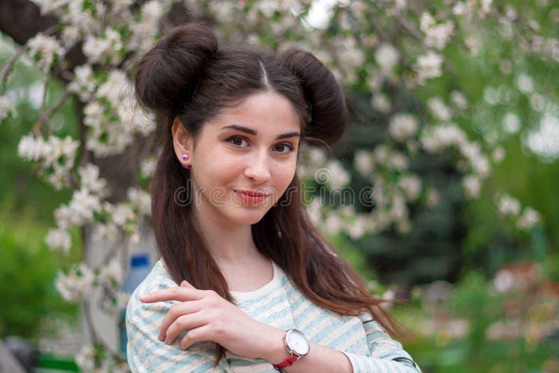 Muchacha divertida hermosa joven Una mujer con una sonrisa hermosa y una mirada coqueta Una muchacha morena joven con los ojos he fotografía de archivo libre de regalías
