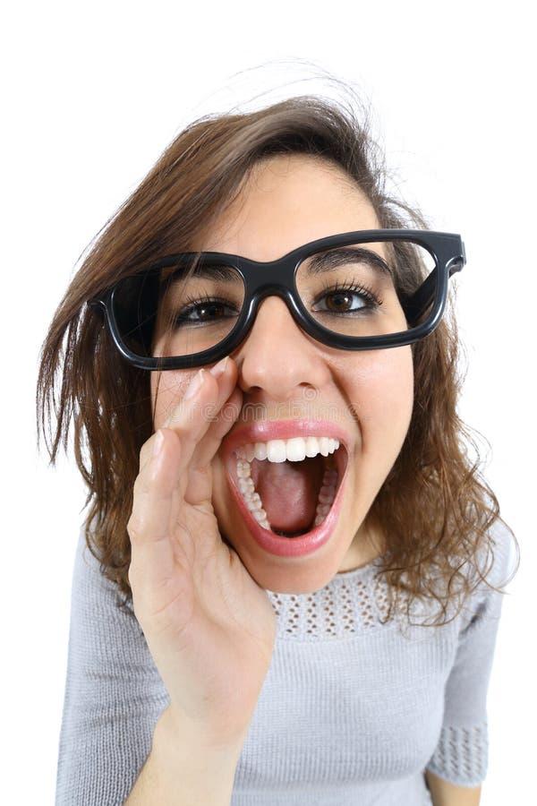 Muchacha divertida que grita y que llama con su mano en su boca fotos de archivo