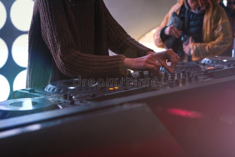 Muchacha DJ en un festival de música, jugando un sistema imagen de archivo libre de regalías