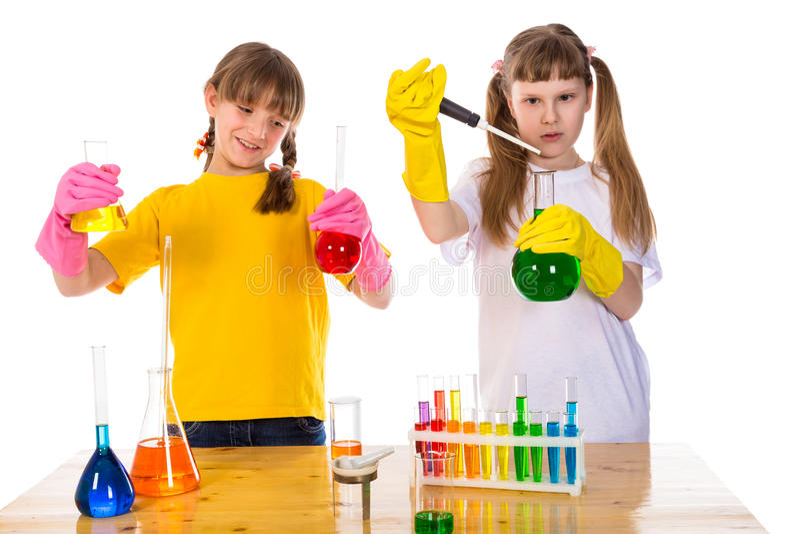Muchacha dos que hace un experimento químico fotografía de archivo libre de regalías