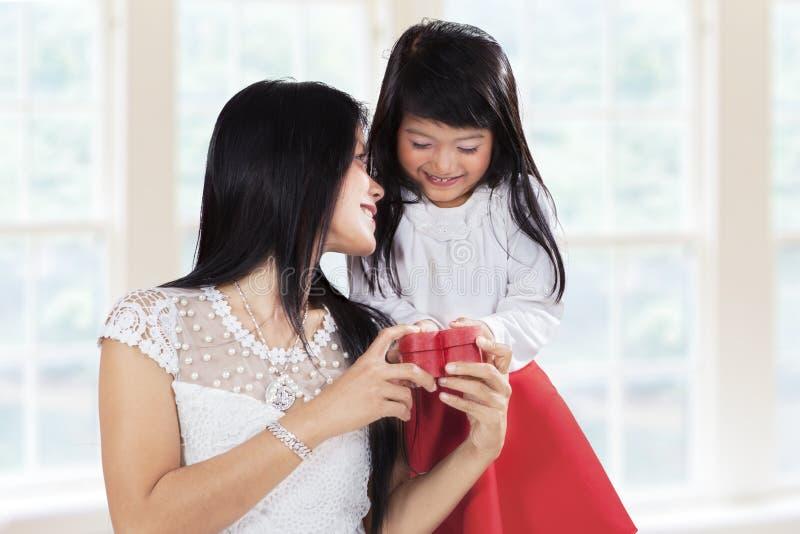 Muchacha dulce agradecida a su madre fotografía de archivo libre de regalías