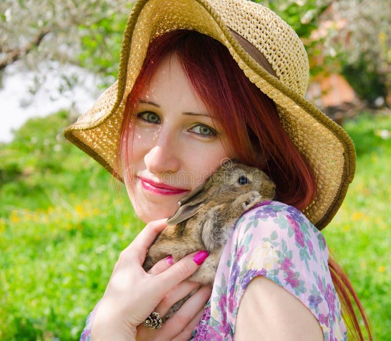 Muchacha dulce con el conejito del bebé fotografía de archivo
