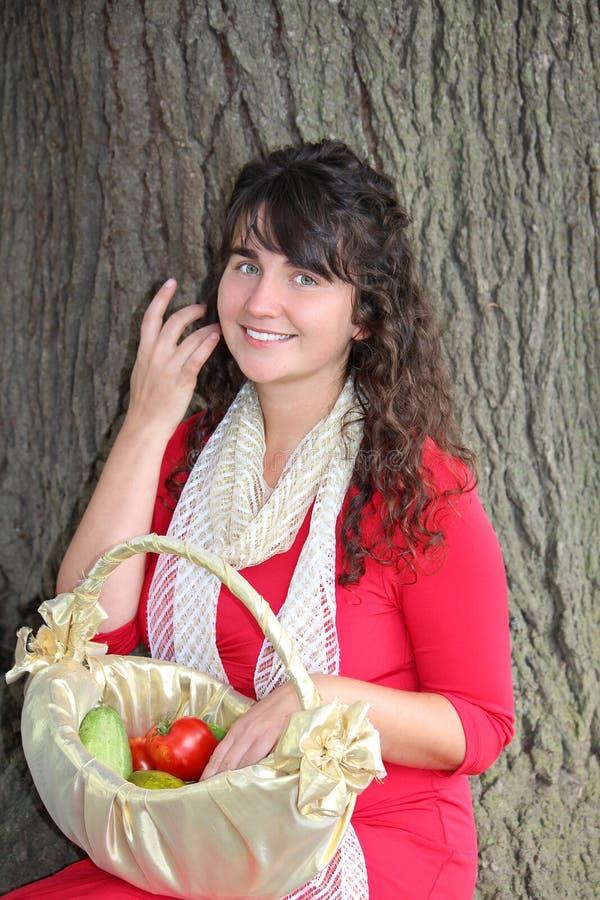 Muchacha dulce con la cesta vegetal foto de archivo