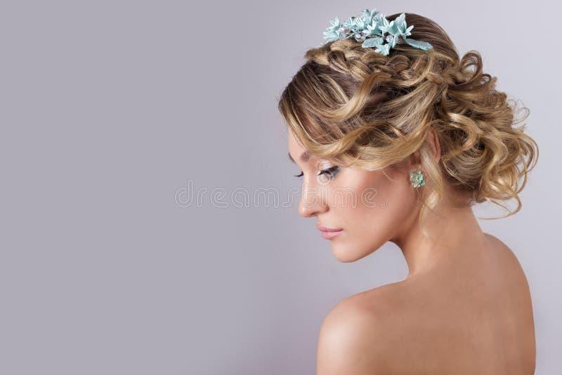 Muchacha dulce elegante atractiva joven hermosa en la imagen de una novia con el pelo y las flores en su pelo, maquillaje delicad imágenes de archivo libres de regalías
