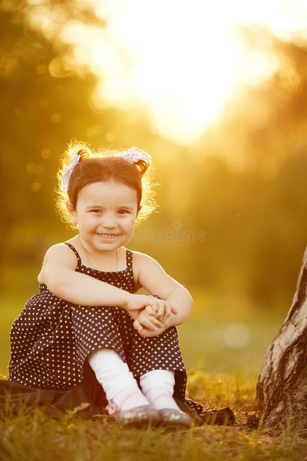 Muchacha dulce en puesta del sol imagenes de archivo
