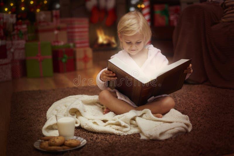 Muchacha durante tiempo de la Navidad imagen de archivo libre de regalías
